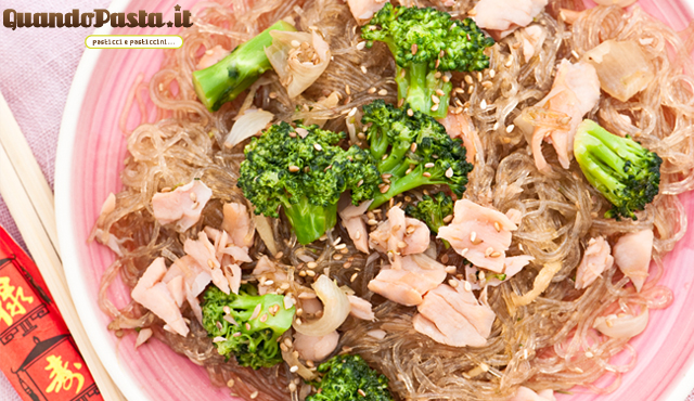 vermicelli di soia saltati con salmone e broccoletti