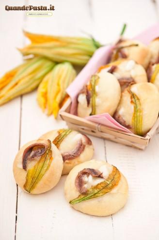 Pizzette con alici e fiori di zucca