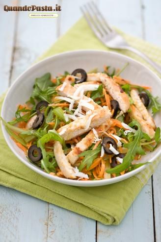 Insalata di pollo con sedano e carote