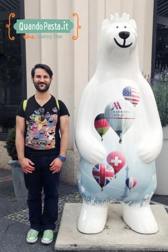 Il simbolo di Berlino è l'orso: tra tutti gli orsetti in ogni angolo della città, Pasqualino era totalmente a suo agio! ; D