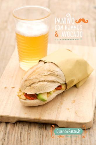 Panino con hummus e avocado